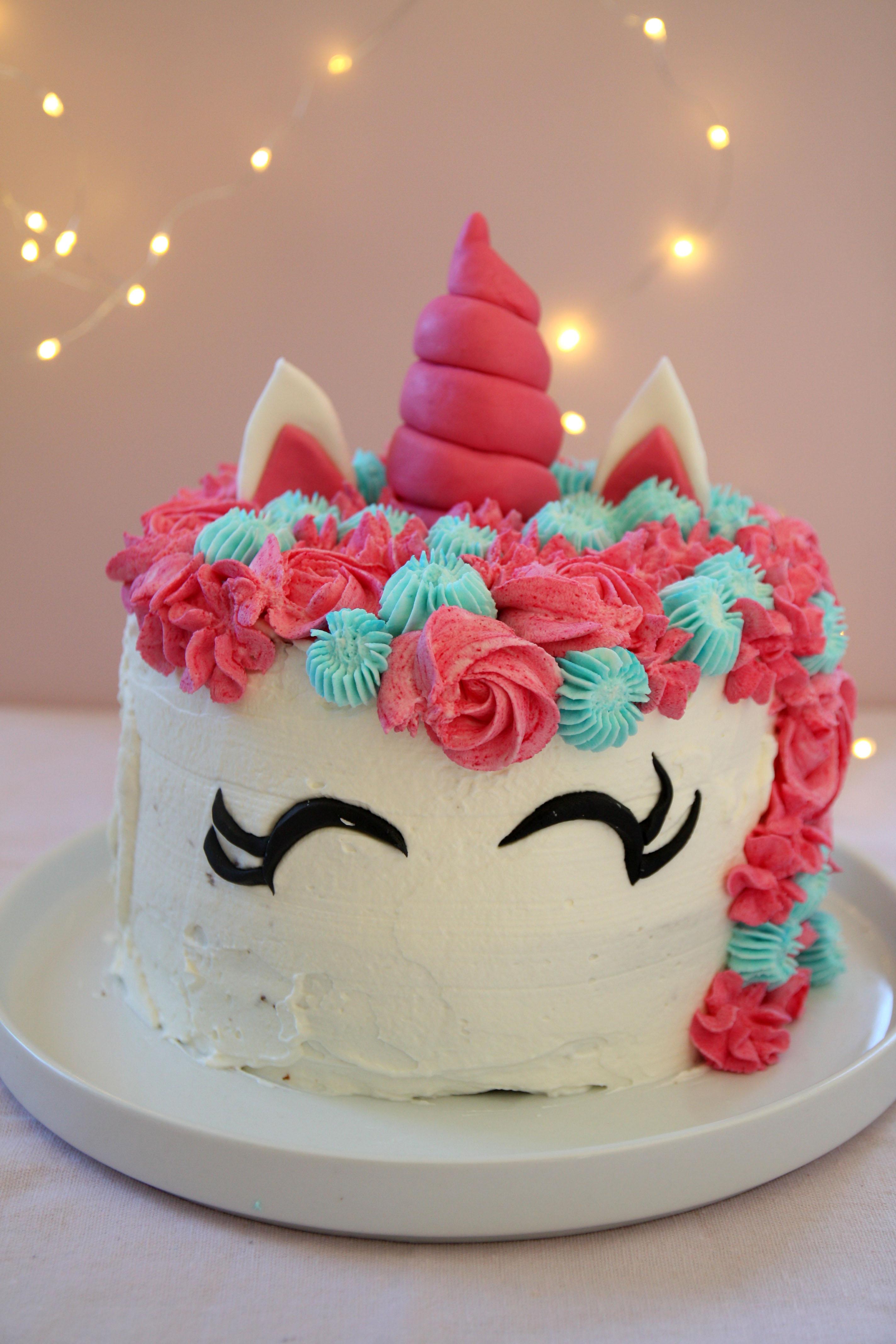 Si tratta di una torta alle nocciole farcita con panna montata e Nutella,  come voleva lei, e decorata con panna montata al mascarpone e pasta di  zucchero.