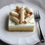 Dessert con panna cotta al buttermilk, lemon curd e biscuit alle mandorle