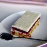 Dessert ai frutti di bosco, bavarese alla vaniglia e biscuit mandorle-pistacchi