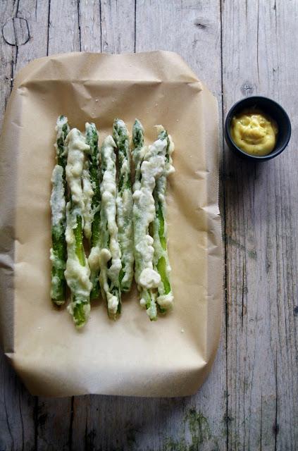 Tempura di asparagi verdi, maionese al curry e lime