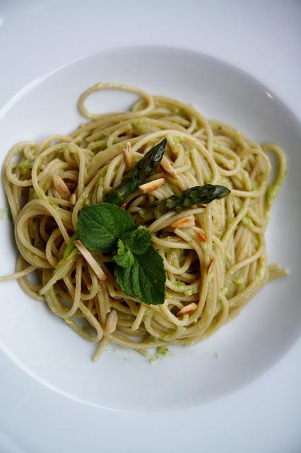 Spaghetti integrali al pesto di asparagi e mandorle