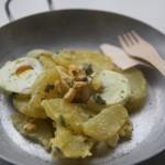 Insalata di patate e uova con maionese e sale affumicato