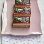 Dessert cremoso al cioccolato bianco, lamponi e basilico