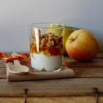 Yogurt greco con mele caramellate, crumble alle noci e chips di mele