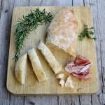 Pane al latte, parmigiano ed erbe aromatiche