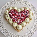 Cuore di dacquoise alle mandorle, mousse mascarpone e cioccolato bianco, lamponi e lime