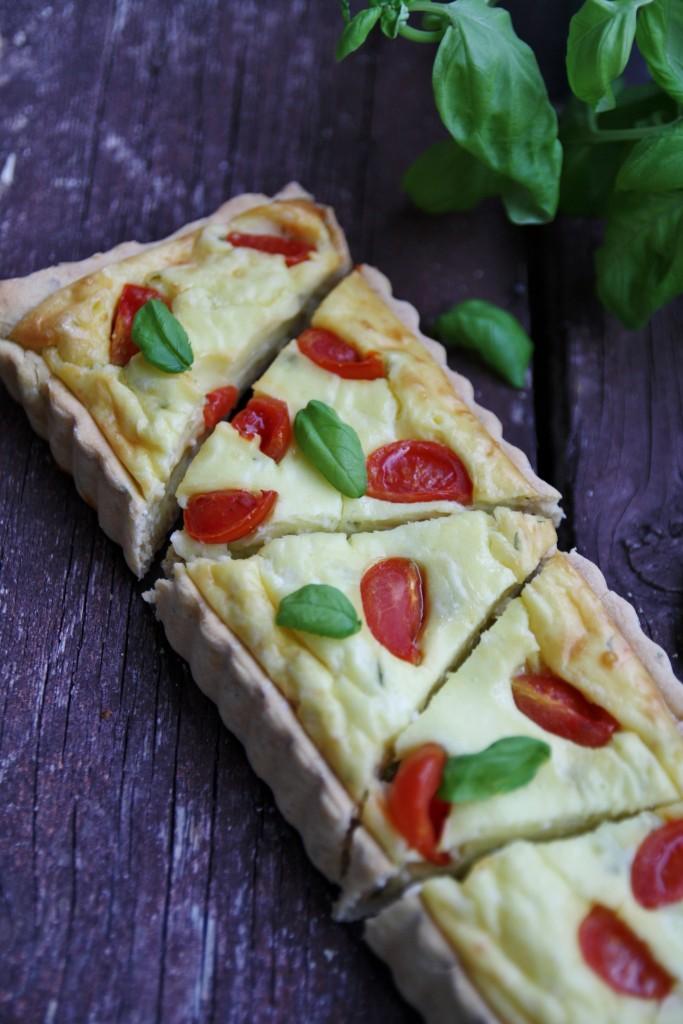 Torta salata allo yogurt greco, pomodori e basilico