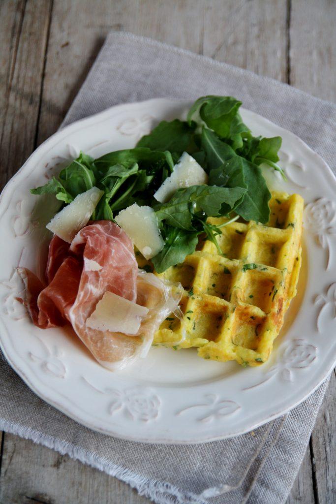 waffel salati alle patate con erbe e parmigiano