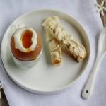 Uova alla coque, pane tostato e burro