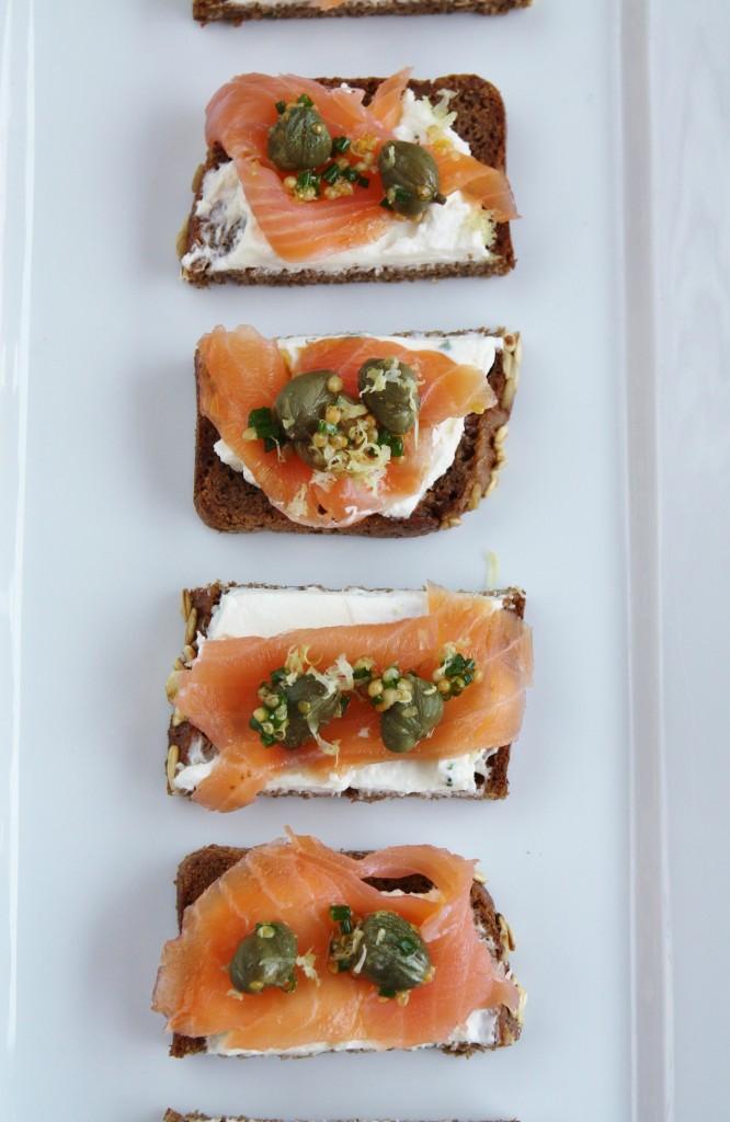 Smørrebrød - crostini di pane nero e salmone