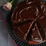 Torta sofficissima ai datteri e glassa al cioccolato