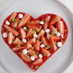 Cuore al pistacchio con gelée di fragole e bavarese alla vaniglia
