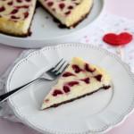 Cheesecake con base al cacao e cuoricini ai lamponi