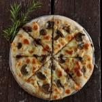 Pizza bianca ai funghi e rosmarino, profumata al tartufo