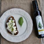 Pane nero, ricotta fresca e olio Deorum Pernigo