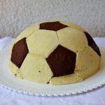 Torta con mousse al cioccolato e lamponi a forma di pallone