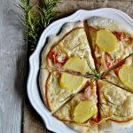 Pizza bianca con scamorza, pancetta e patate