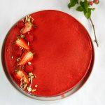 Dessert ai frutti rossi, yogurt greco e pistacchi