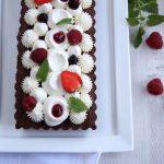 Brownie al cioccolato, crema profumata al tè e frutti di bosco