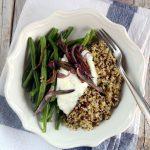 Quinoa e freekeh con fagiolini, cipolle fritte e salsa allo yogurt