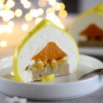 Tronchetto moderno al pistacchio, con frutti esotici e mousse al cioccolato bianco e lime