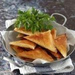 Triangolini di pasta fillo con carne speziata, piselli e carote