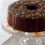 Chiffon cake al cacao con caramello al burro salato