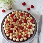 Brownie con namelaka al caramello, crumble e lamponi